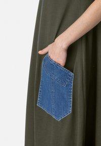 HELMIDGE - MIT DENIM-TASCHE - Maxi dress - khaki - 3