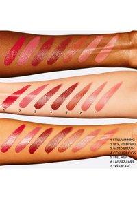 MAC - LOVE ME LIQUID LIPCOLOUR - Liquid lipstick - yeah, i`m fancy - 2