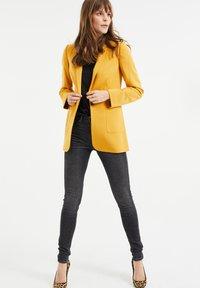 WE Fashion - REGULAR FIT - Blazer - mustard yellow - 1