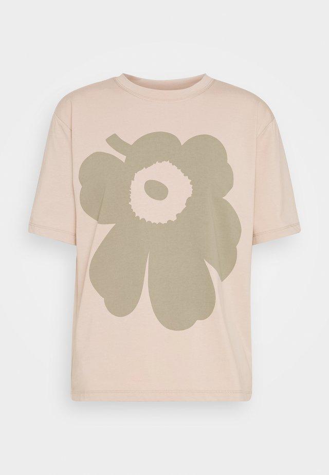 VAIKUTUS UNIKKO - T-shirt con stampa - beige