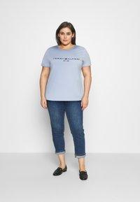 Tommy Hilfiger Curve - TEE  - Print T-shirt - breezy blue - 1