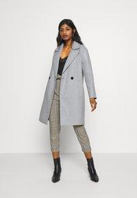 ONLY Petite - BERNA BONDED COAT - Zimní kabát - light grey melange - 1