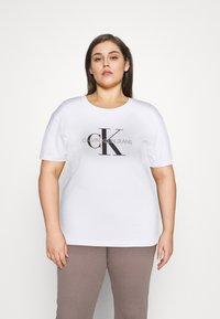 Calvin Klein Jeans Plus - MONOGRAM LOGO REG FIT TEE - T-shirt imprimé - bright white - 0