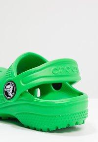 Crocs - CLASSIC  - Sandały kąpielowe - grass green - 5