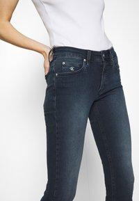 Calvin Klein Jeans - MID RISE SKINNY ANKLE - Jeans Skinny Fit - blue black rivet - 3