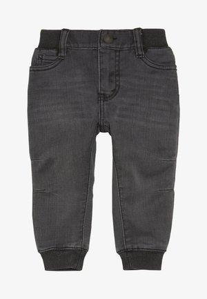 6E7772 - Zúžené džíny - pebble grey