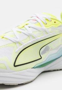 Puma - ULTRA RUNNER JR UNISEX - Závodní běžecké boty - yellow/white/blue - 5