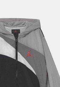Jordan - JUMPMAN WAVE - Sportovní bunda - light smoke gray - 2