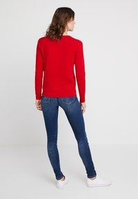 Tommy Hilfiger - HERITAGE V NECK  - Sweter - apple red - 2