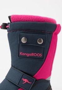 KangaROOS - BEAN II - Śniegowce - dark navy/daisy pink - 2