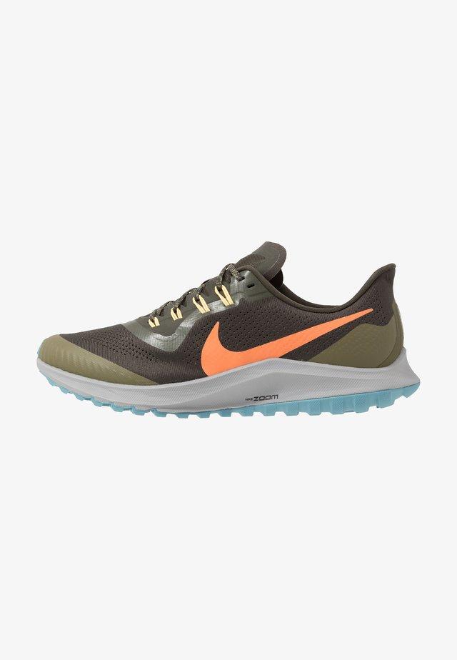 AIR ZOOM PEGASUS 36  - Obuwie do biegania Szlak - sequoia/orange trance/medium olive