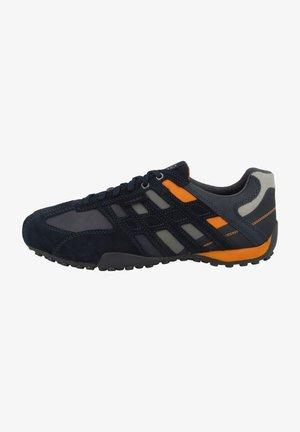 Trainers - navy orange