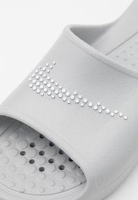 Nike Sportswear - VICTORI ONE SHOWER SLIDE - Matalakantaiset pistokkaat - light smoke grey/white - 5