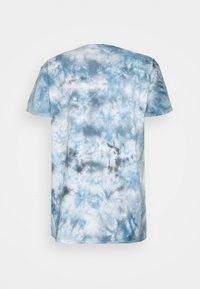 Mennace - BREEZE TIE DYE REGULAR UNISEX - Print T-shirt - light blue - 1