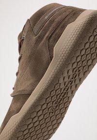 Caterpillar - HEX MID - Sneakersy wysokie - muddy - 5