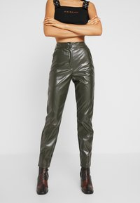 Missguided Tall - PLEAT FRONT CIGARETTE TROUSERS - Bukser - deep green - 0