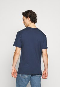 Tommy Jeans - STRAIGHT LOGO TEE - T-shirt z nadrukiem - twilight navy