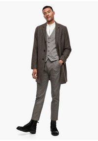 s.Oliver BLACK LABEL - SLIM FIT: TWEEDHOSE - Trousers - brown tweed - 1