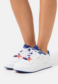Lacoste - COURT SLAM - Baskets basses - white/dark blue - 0