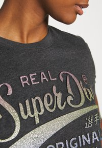 Superdry - GLITTER EMBOSS ENTRY TEE - T-shirts med print - charcoal marl - 4