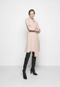 Victoria Victoria Beckham - DRAPED FLUID CADY MINI DRESS - Denní šaty - petal pink - 1