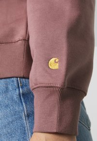 Carhartt WIP - CHASE - Sweatshirt - malaga/gold - 3