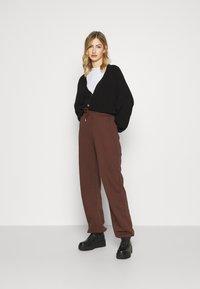 Nly by Nelly - PERFECT SLOUCHY PANTS - Pantalon de survêtement - brown - 1