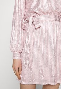 Nly by Nelly - HIGH NECK SEQUIN DRESS - Cocktailkjole - light pink - 4