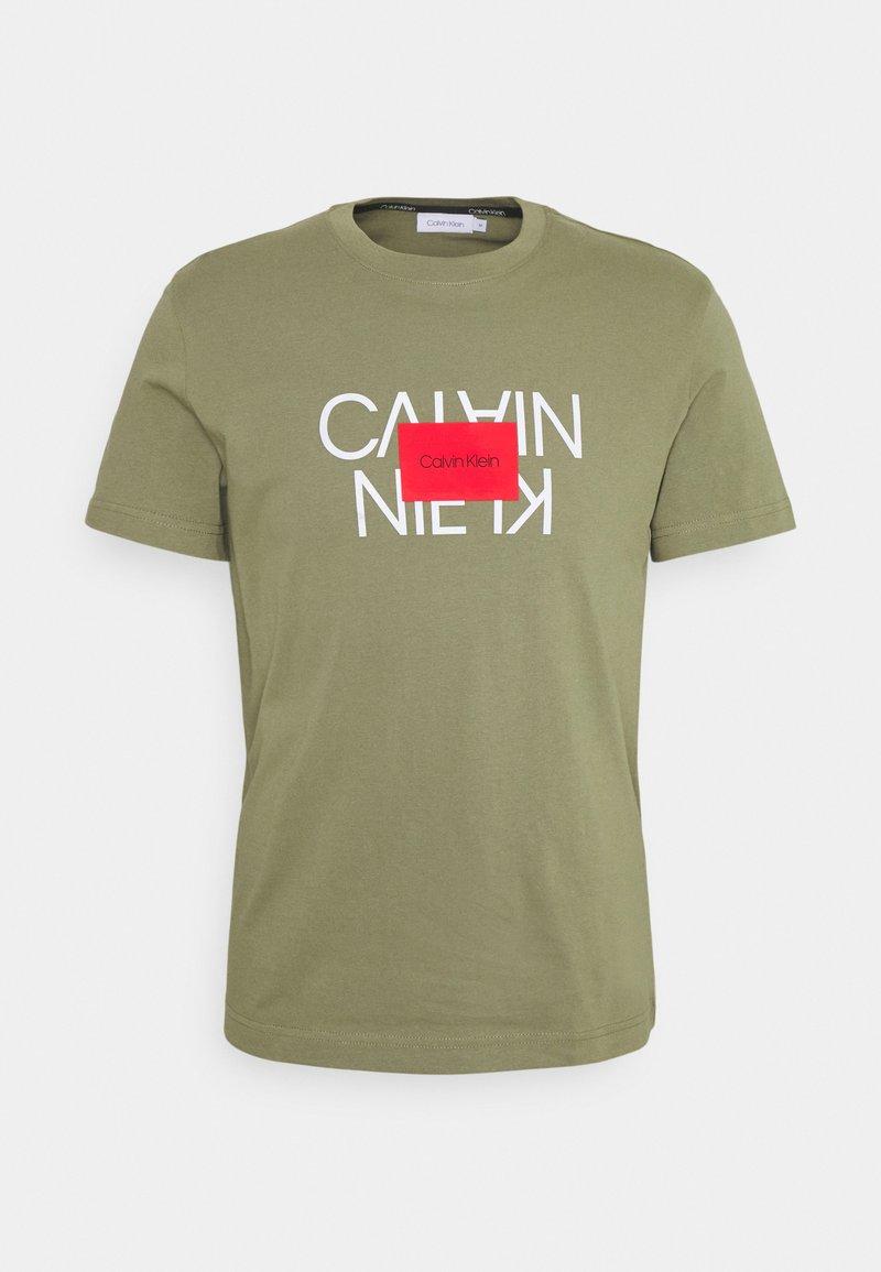 Calvin Klein - TEXT REVERSED LOGO  - T-shirt con stampa - green