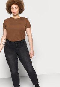 Vero Moda Curve - VMJOANA MOM - Relaxed fit jeans - black - 3