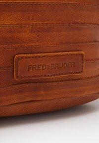 FREDsBRUDER - GÜRTELINCHEN - Across body bag - dark honey - 4