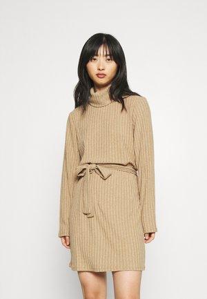 VIELITA HIGH NECK DRESS - Pletené šaty - tigers eye