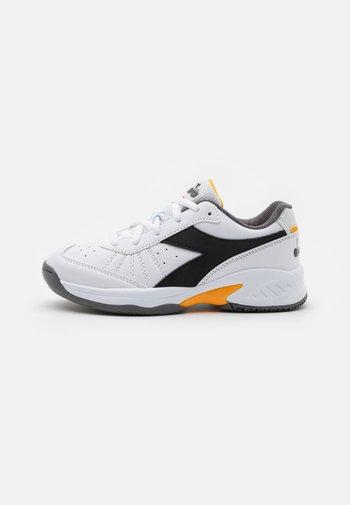 S. CHALLENGE 3 JR UNISEX - Multicourt tennis shoes - white/black/saffron