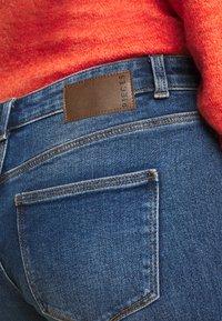 Pieces Curve - PCKAMELIA  - Flared Jeans - medium blue denim - 5