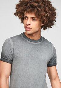 Q/S designed by - Basic T-shirt - grey - 4