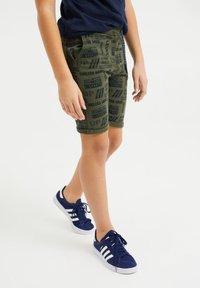 WE Fashion - Shorts - dark green - 1