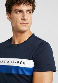 Tommy Hilfiger - LOGO BAND TEE - T-shirt z nadrukiem - blue - 4