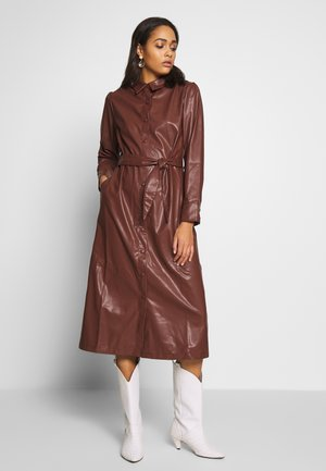 FAUX  BELTED SHIRT MIDI DRESS - Kjole - brown