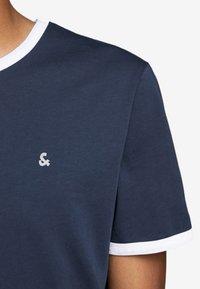 Jack & Jones - KONTRASTDETAIL - Print T-shirt - navy blazer - 4
