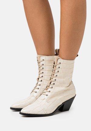 YASTRINITY BOOTS - Bottines à lacets - creme