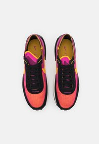 Nike Sportswear - WAFFLE ONE - Zapatillas - active fuchsia/universe gold/black/coconut milk/metallic silver/orange - 3