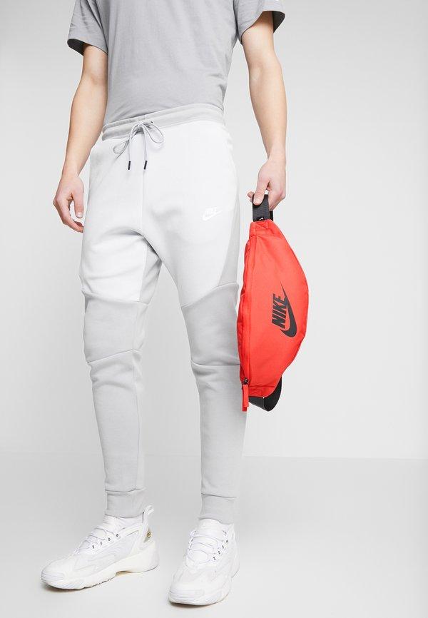 Nike Sportswear HERITAGE HIP PACK - Saszetka nerka - track red/dark smoke grey Nadruk Akcesoria OWRQSZ6