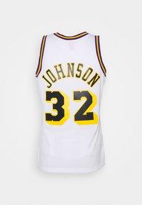 Mitchell & Ness - NBA LOS ANGELES LAKERS RELOAD SWINGMAN MAGIC JOHNSON - Club wear - white - 6