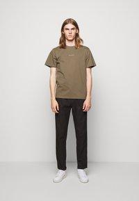 forét - QUIET - Print T-shirt - stone - 1