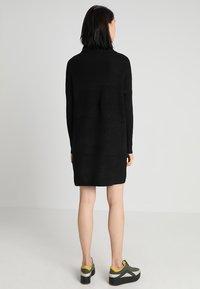 ONLY - ONLJANA COWLNECK DRESS  - Pletené šaty - black - 2