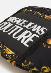 Versace Jeans Couture - RANGE LOGO TYPE UNISEX - Marsupio - nero/oro - 4