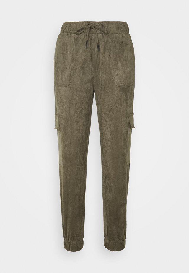 FAUX SUEDE NMMILTA CARGO POCKET PANT - Pantaloni sportivi - kalamata