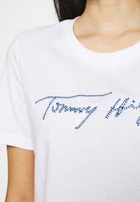 Tommy Hilfiger - REGULAR SCRIPT OPEN TEE - T-shirts med print - white - 3