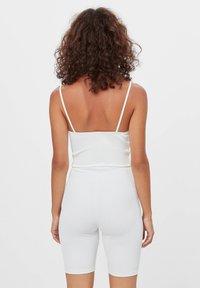 Bershka - CORSAGE-JUMPSUIT MIT RADLERHOSE 08184326 - Jumpsuit - white - 2