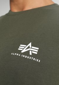 Alpha Industries - Print T-shirt - dark oliv - 4